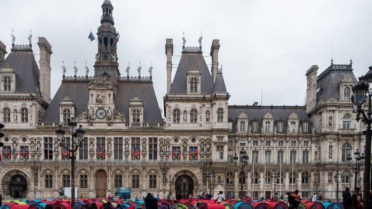 Un campement de migrants sans-abri installé sur le parvis de l'hôtel de ville de Paris, le 25 juin 2021. (CARINE SCHMITT / HANS LUCAS / AFP)