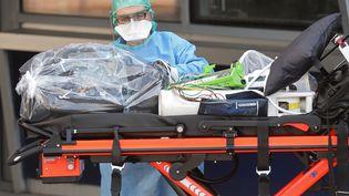 Un infirmier désinfecte du matériel. Photo d'illustration. (JEAN-FRANCOIS MONIER / AFP)