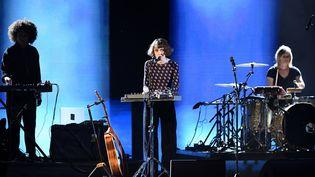 """L'artiste Claire Pommet, alias Pomme, en concert pour les Victoires de la musique 2020. En 2021, elle est en compétition dans la catégorie """"Artiste féminine"""". (ALAIN JOCARD / AFP)"""