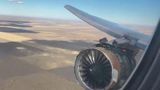 Des images dignes d'un film catastrophe. Les passagers d'un Boeing de la compagnie américaine United Airlines ont vu l'un des réacteurs prendre feu en plein vol. L'avion s'est finalement posé en urgence à Denver (États-Unis). (France 2)