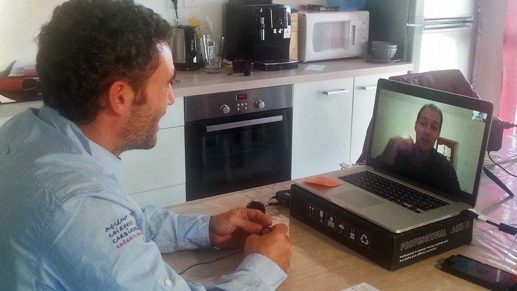 Le skipper Tanguy de Lamotte (à gauche) discute via Skype avec l'astronaute français Thomas Pesquet, avant leur départ respectif pour le grand large et pour l'espace. (JÉRÔME VAL / RADIO FRANCE)