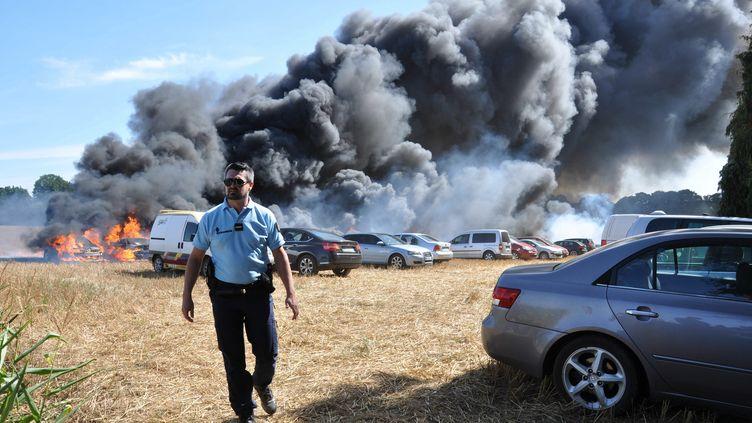 Un incendie a détruit 64 voitures sur un aérodrome de Pontivy, dans le Morbihan, dimanche 1er septembre. (MAXPPP)