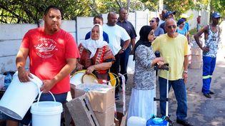 Des habitants du Cap faisant la queue, en février 2018, pour obtenir de l'eau. (Shutterstock)