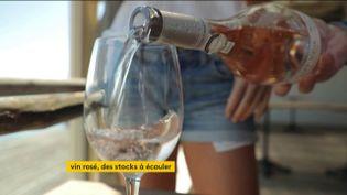 Du rosé servi dans un verre (FRANCEINFO)