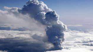 La fumée s'échappe d'un volcan en éruption près du glacier Eyjafjallajokull, le 14 avril 2010 près de Reykjavik (Islande). Cet événement a provoquéd'importantes perturbations dans le transport aérien mondial jusqu'au 20 avril. (ARNI SAEBERG / AFP)