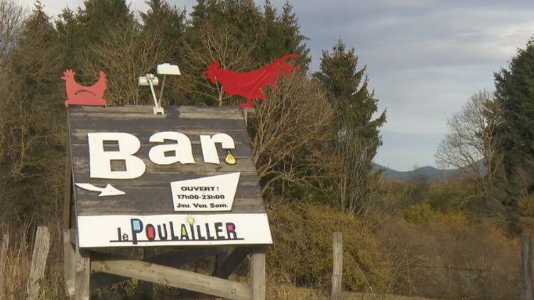 Des adolescents, des jeunes adultes et des seniors se retrouvent dans un lieu atypique à Saint-Pierre-Roche (Puy-de-Dôme) pour lutter contre l'isolement dans les villages. (FRANCE 2)