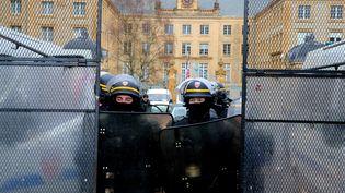 Des CRS devant la préfecture des Ardennes, à Charleville-Mézières, le 8 décembre. (FRANCOIS NASCIMBENI / AFP)