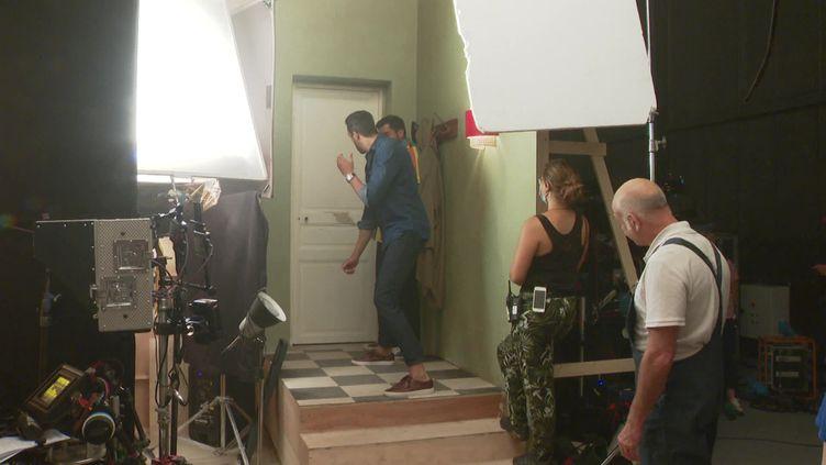 Tarek Boudali (de dos en bleu) et Artus en plein tournage de Menteur, le nouveau film d'Olivier Baroux. (D. Mouaki  / Franc Télévisions)
