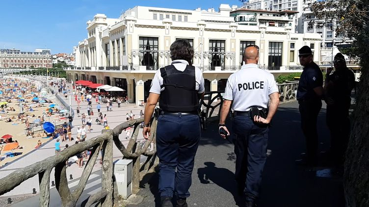 Romain et Sabine en patrouille à Biarritz avant le G7. (BENJAMIN ILLY / FRANCE-INFO)