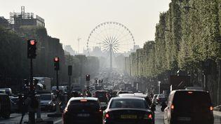 Des voitures circulent avenue des Champs-Elysées à Paris, en avril 2017. (PHILIPPE LOPEZ / AFP)