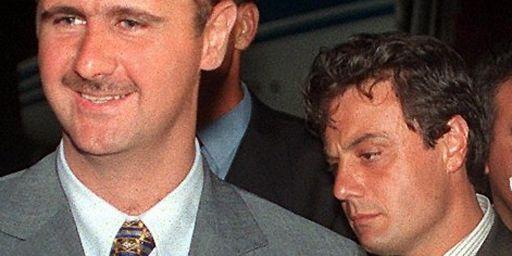 Le général Manaf Tlass, à droite du président Bachar al-Assad, au Koweit (22-8-1999) (AFP - RAED QUTENA )