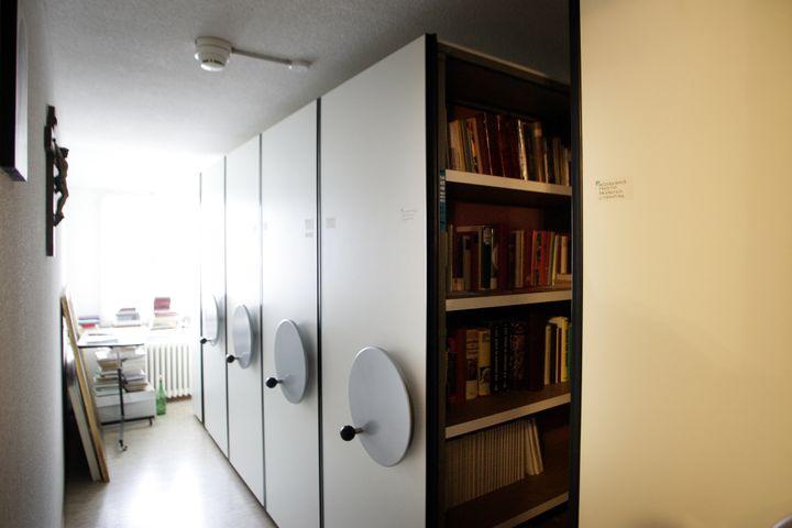 La bibliothèque du siège de la Fraternité Saint-Pie-X, le 31 janvier 2009, à Menzingen (Suisse). (MICHELE LIMINA / AFP)