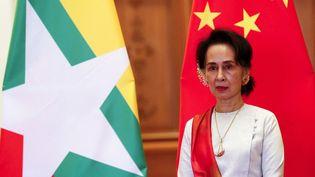 Aung San Suu Kyi attend l'arrivée du président chinois Xi Jinping avant une réunion bilatérale au palais présidentiel de Naypyidaw, en Birmanie, le18 janvier 2020. (NYEIN CHAN NAING / AFP)