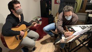 Cours de guitare à Paris par Ludovic, qui a vu son nombre de nouveaux élèves augmenter depuis l'an dernier. (MATHILDE VINCENEUX / RADIO FRANCE)