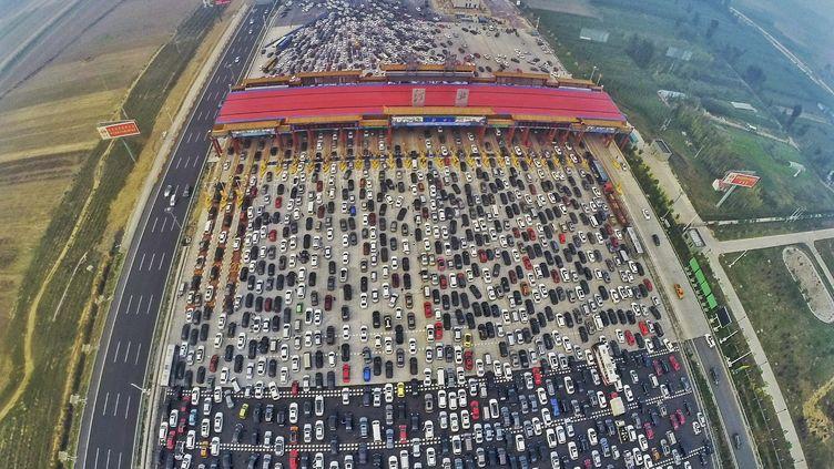 Un embouteillage monstre, près de Pékin, en Chine, le 6 octobre 2015. (CHINA DAILY CHINA DAILY INFOR / REUTERS)