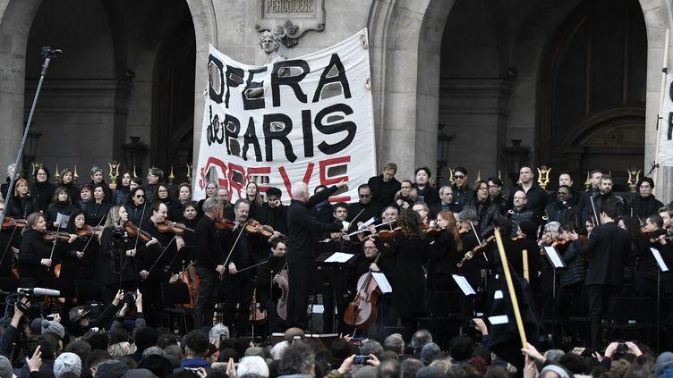 Des musiciens de l'Opéra de Paris, en grève contre la réforme des retraites, donnent un concert devant le palais Garnier, le 18 janvier 2020. (STEPHANE DE SAKUTIN / AFP)