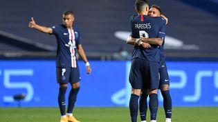 Les joueurs parisiens célèbrent le troisième but du PSG face à Leipzig, en demi-finale de la Ligue des champions, à Lisbonne (Portugal), le 18 août 2020. (DAVID RAMOS / POOL / AFP)