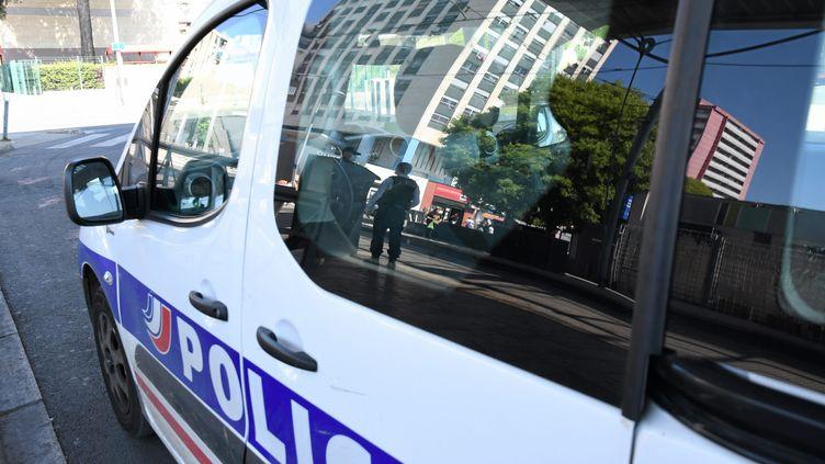 Une voiture de police dans le quartier de la Paillade à Montpellier. (JEAN MICHEL MART / MAXPPP)