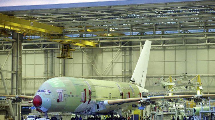 Le premier Airbus A380, dasn un hangar d'Airbus Industries, à Toulouse, en juillet 2004. (GETTY IMAGES)