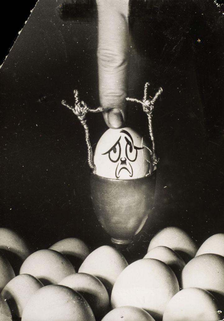 """Kati Horna,Sans titre, série """"Hitlerei"""", en collaboration avec Wolfgang Burger, Paris, 1937, Archivo Privado de Fotografía y Gráfica Kati y José Horna  (2005 Ana María Norah Horna y Fernández)"""