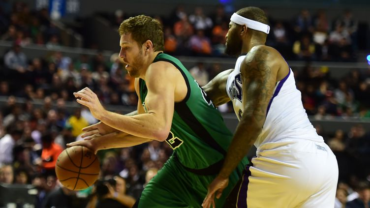 David Lee (Boston Celtics) tente de semer DeMarcus Cousins (Sacramento Kings) (RONALDO SCHEMIDT / AFP)