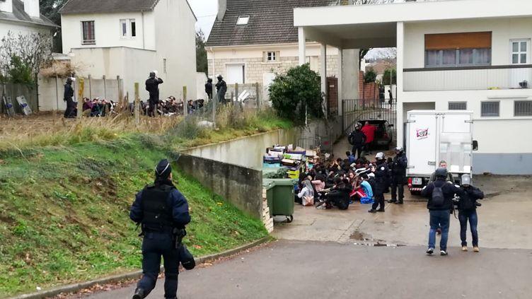 Des adolescents sont interpellés près du lycée Saint-Exupéry, à Mantes-la-Jolie (Yvelines), le 6 décembre 2018. (CELINE AGNIEL / AFP)
