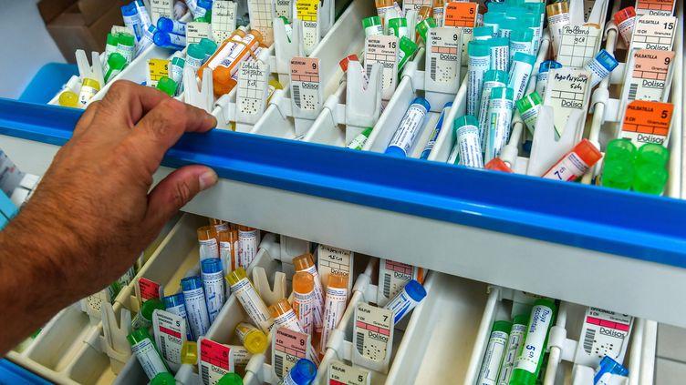Des tubes d'homéopathie, das une pharmacie de Lille, le 3 septembre 2018. (PHILIPPE HUGUEN / AFP)