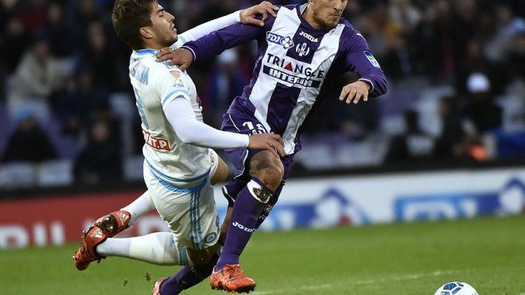 Oscar Trejo (Toulouse) à la lutte avec Lucas Silva Borges (Marseille)