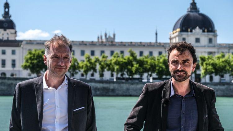 Les écologistes Bruno Bernard (à gauche) etGrégory Doucet (à droite) lors de la campagne des municipales, le 22 juin 2020, à Lyon. (ANTOINE MERLET / AFP)