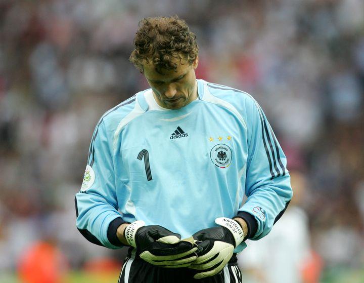 Jens Lehmann lit une note avant la séance de tirs au but face à l'Argentine, en quart de finale de la Coupe du monde 2006. (WEREK NATASCHA HAUPT / R3690_WEREK_NATASCHA_HAUPT)