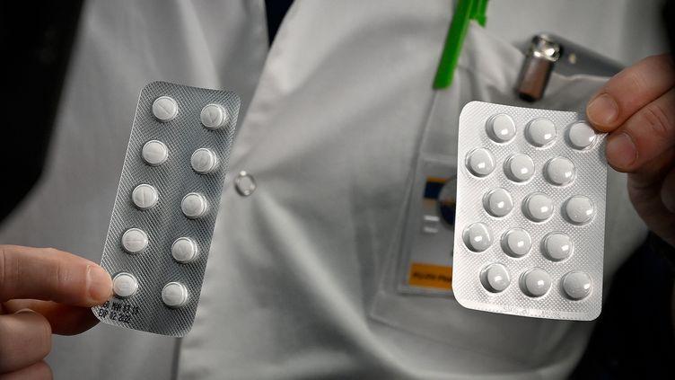 Le personnel médical présente le 26 février 2020 à l'Institut des infections de l'IHU Méditerranée à Marseille, des paquets d'une Nivaquine, des comprimés contenant de la chloroquine et du Plaqueril, des comprimés contenant de l'hydroxychloroquine, des médicaments qui ont montré des signes d'efficacité contre le coronavirus. (GERARD JULIEN / AFP)