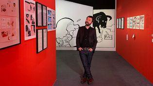 """Riad Sattouf dans l'exposition qui lui est consacrée, """"L'écriture dessinée"""", à la Bibliothèque oublique d'information du Centre Pompidou. (Marc Felix / CultureBox)"""