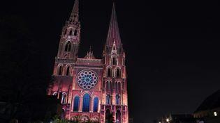 La cathédrale de Chartres. Construite en 1145, elle est ravagée par un incendie en 1194, avant d'être reconstruite. Sa chatoyante parure de vitraux est en très bon état. (CHARLY TRIBALLEAU / AFP)