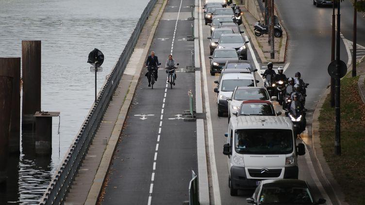 Deux cyclistes sur une piste cyclable des quais de Seine à Paris, le 4 septembre 2017. (LUDOVIC MARIN / AFP)