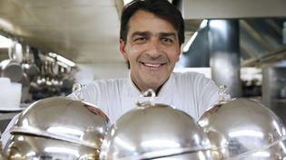 Le chef Yannick Alleno pose dans la cuisine de son restaurant, Ledoyen, à Paris, le 21 octobre 2014. (PATRICK KOVARIK / AFP)