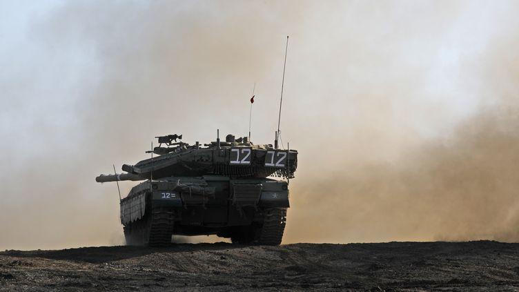 Un tank déployé par Israël sur les plateaux du Golan, le 20 novembre 2019, lors de l'offensive israélienne. (JALAA MAREY / AFP)