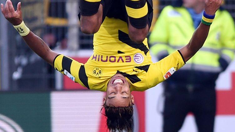 Pierre-Emerick Aubameyang célèbre l'un de ses buts sous les couleurs de Dortmund par un saut périlleux arrière.  (ULI DECK / DPA)