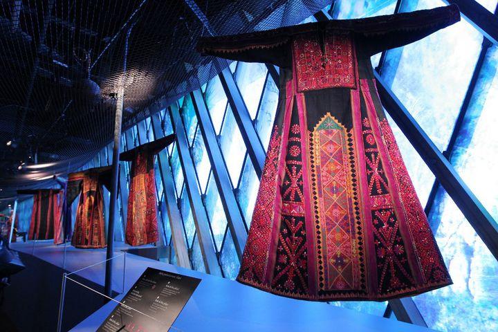 Costumes traditionnels palestiniens de la bande de Gaza exposés au musée du Quai Branly à Paris.. (PIERRE VERDY / AFP)