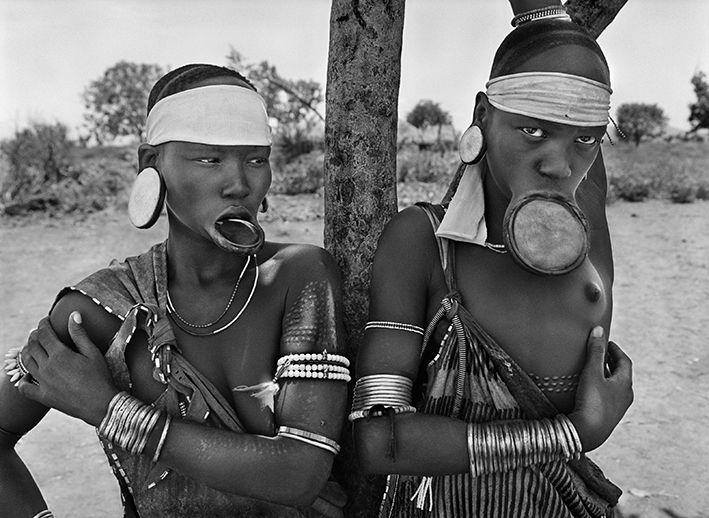 Les femmes Mursi et Surma sont les dernières femmes à plateaux au monde. Village Mursi de Dargui, dans le parc national de Mago, près de Jinka, Ethiopie, 2007. (© SEBASTIÃO SALGADO / AMAZONAS)