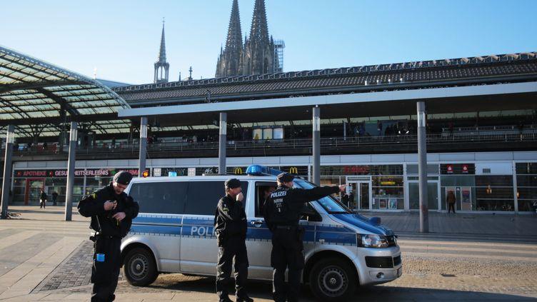 Des policiers allemands, le 9 janvier 2016 à Cologne. (OLIVER BERG / DPA / AFP)