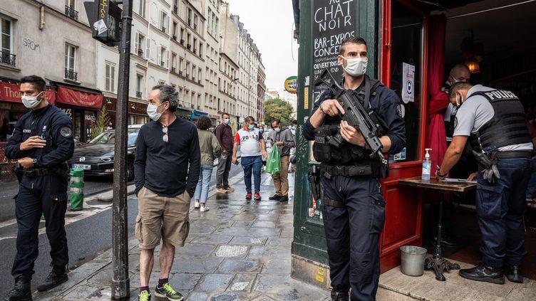 Opération de contrôle du port du masque dans le 11e arrondissement de Paris, le 28 août 2020. (RAPHAEL PUEYO / MAXPPP)