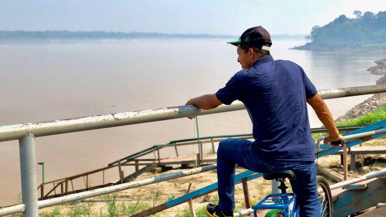 Un homme au bord du Rio Madeira,le fleuve dePorto Velho, la capitale du Rondonia (Brésil). (MATTHIEU MONDOLONI / FRANCEINFO)