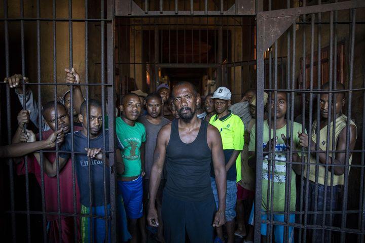 Détenus à la prison de Manakara (sud-est de Madagascar) le 15 septembre 2018. Au cenre de la photo se tient José Alain, surnommé le Rasta de Manakara, en attente de jugement pour cambriolage. Il affirme être innocent et avoir été battu par la police après son arrestation. (Amnesty International (Photo:Richard Burton))