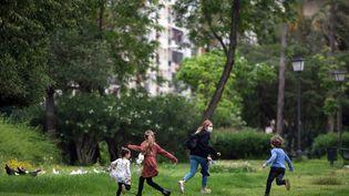 Des enfants jouent dans un parc à Séville, en Espagne, le 26 avril 2020. (CRISTINA QUICLER / AFP)