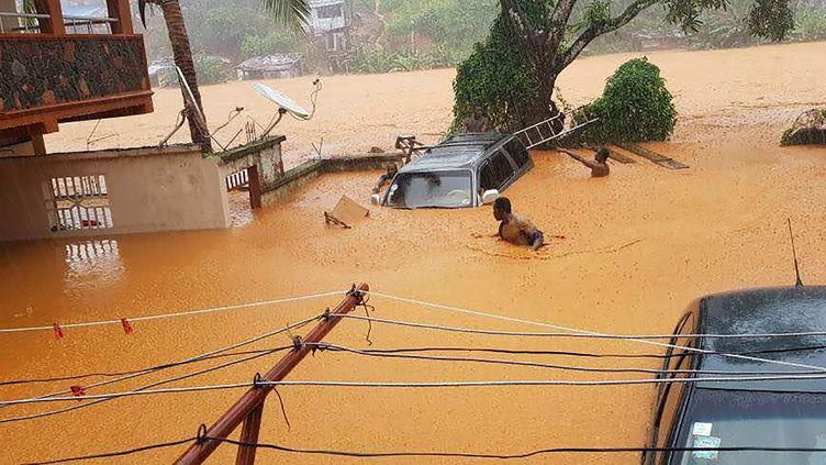 Les faubourgs de Freetown, la capitale de la Sierra Léone, submergés par les crues le 14 août 2017. (STR / SOCIETY 4 CLIMATE CHANGE COMMUNI)