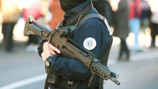 Un homme de la police nationale, à Aurillac (Auvergne-Rhône-Alpes), le 18 octobre 2020. (JEREMIE FULLERINGER / MAXPPP)