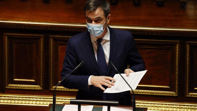Le ministre de la Santé, Olivier Véran, présente la stratégie de vaccintation contre le Covid-19 au Sénat, à Paris, le 17 décembre 2020. (THOMAS SAMSON / AFP)