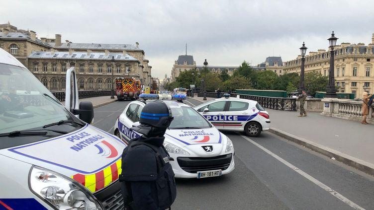 Un policier devant des véhicules de police. (photo d'illustration) (MATTHIEU MONDOLONI / FRANCE-INFO)
