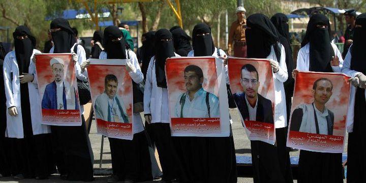 Etudiantes yéménites portant des portraits de victimes des attentats contre des mosquées chiites à Sanaa, attentats revendiqués par l'EI (mars 2015). (MOHAMMED HUWAIS / AFP)