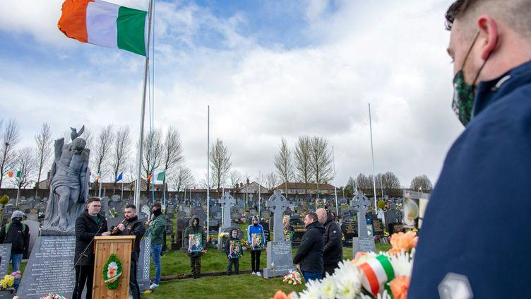 Les républicains se réunissent pour une cérémonie de dépôt de gerbes au cimetière de la ville de Derry en Irlande du Nord le 5 avril 2021, pour commémorer le soulèvement de Pâques de 1916. (Paul Faith / AFP)